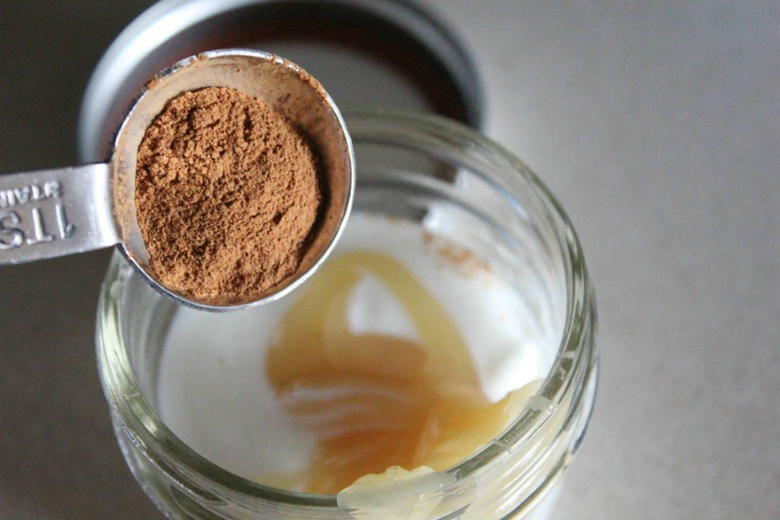 Маска для волос с репейным маслом и медом и корицей