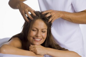 Массаж кожи головы против выпадения волос