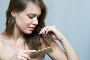 Почему начинают резко выпадать волосы